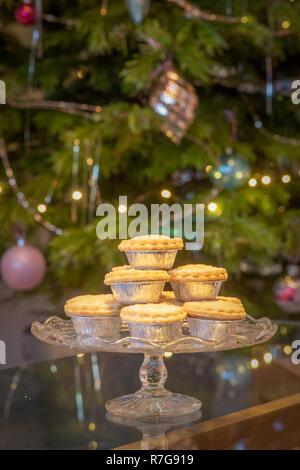 Platte mit Mince Pies in Silberfolie Wrapper in Fron der Weihnachtsbaum - Stockfoto