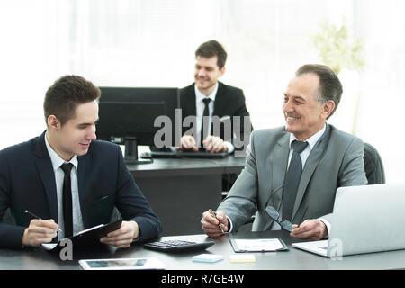 Kollegen am Schreibtisch im Büro. - Stockfoto