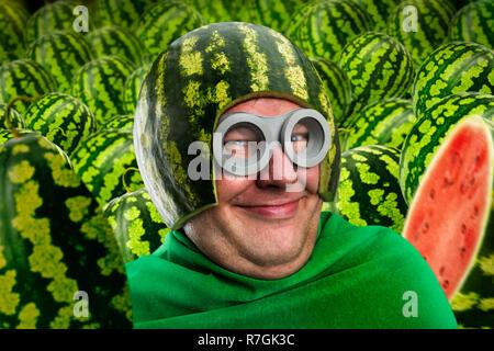 Crazy man in Wassermelone Helm und Googles, parasitäre Caterpillar oder Worm, Obst statt Kopf - Stockfoto