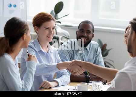 Multi-ethnischen Geschäftsfrau Hände schütteln Gruß Unternehmen Client - Stockfoto