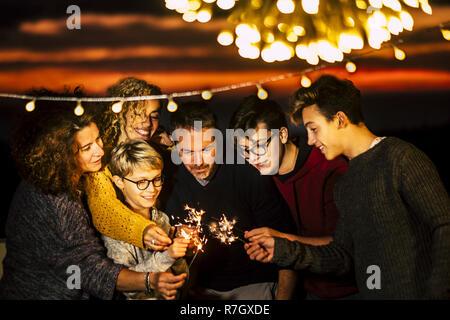 Feiern Gruppe Von Freunden Sind Die Zusammen Weihnachten Oder