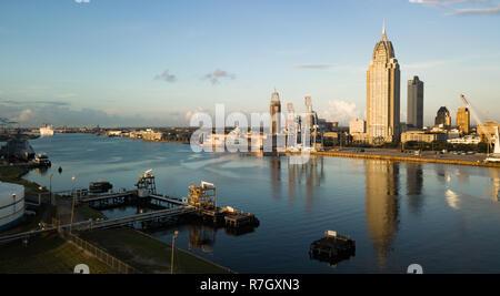 Schönen blauen Himmel über der Innenstadt Innenstadt in einer Luftaufnahme von Mobile Alabama - Stockfoto