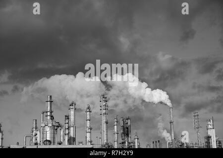Rauch aus einer komplexen Anordnung von Metall Türme und Leitungen in einer Industrie, Öl und Gas Raffinerie in Corpus Christi, Texas/USA. - Stockfoto