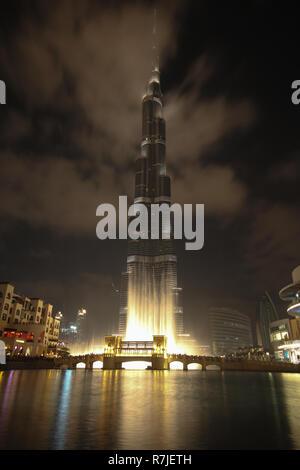 Am Abend Blick auf den Weltrekord holding Burj Khalia Wolkenkratzer in Dubai, Vereinigte Arabische Emirate. - Stockfoto
