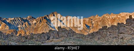 Östliche Sierra Nevada, Lone Pine Peak im Zentrum, Mount Whitney rechts, Blick vom Film Straße in Alabama Hills bei Sonnenaufgang, in der Nähe von Lone Pine, California, - Stockfoto