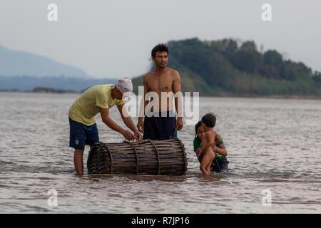 Don Daeng, Laos - April 27, 2018: Lokale Familie Fisch in der Abenddämmerung zu fangen in einer abgelegenen Insel des Mekong in Laos. - Stockfoto