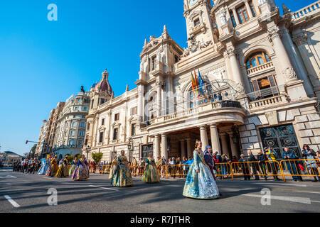 Fallas Festivals. Parade. Falleras, Frauen in traditioneller Kleidung. Valencia. Gemeinschaft Valencia. Spanien. Das immaterielle Kulturerbe der Menschheit. UNESCO - Stockfoto