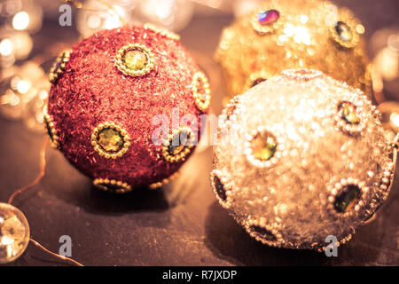 Runde Ornamente in den reichen Juwelen und Glitter, Flitter und sanfter Beleuchtung für Weihnachten, split Ton - Stockfoto