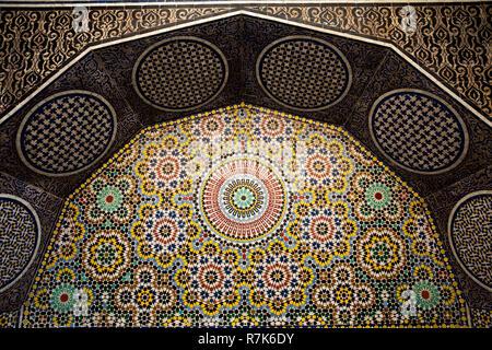 Marokko, Fes, Fes el Bali, Medina, talaa Kebira, Seqqaya öffentlichen Trinkbrunnen mit traditionellen zellij Fliesen- Dekoration - Stockfoto