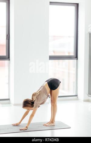 Junge ehrgeizige Mädchen tun stretching Übung - Stockfoto