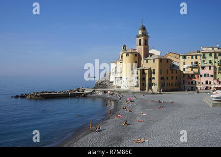 Camogli, Ligurien, Mittelmeer, Italien: Blick über die Bucht und der Strand - Stockfoto