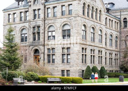 Washington DC, USA - April 1, 2018: die Katholische Universität von Amerika Gibbons Hall Gebäude in der Hauptstadt, religiöse Erziehung, Menschen zu Fuß - Stockfoto