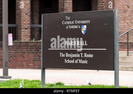 Washington DC, USA - April 1, 2018: die Katholische Universität von Amerika Zeichen für Schule für Musik Bezirk Halle Gebäude in der Hauptstadt, religiöse Erziehung, n - Stockfoto