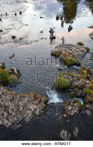 Eugene, Oregon - 2018_10.06: Bunte Herbst Sonnenuntergang entlang der Willamette River - Stockfoto