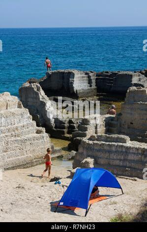 Italien, Apulien, Gallipoli, Touristen am Strand, in der Mitte der Römischen Ruinen - Stockfoto