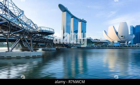 Singapur, 30. Okt. 2018: ein Sonnenaufgang Skyline Blick Auf die Marina Bay mit der Helix Bridge, das Marina Bay Sands Hotel und dem zentralen Business Bezirk i - Stockfoto