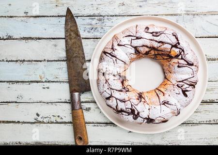 Preiselbeeren bundt Cake mit Schokolade und Orange auf einem weißen Teller. Hausgemachte Herbst und Winter gemütliches Dessert auf rustikalen Holztisch, Ansicht von oben - Stockfoto