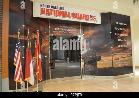Senior NC-Guard Führer, oben NC-Guard Recruiter, Charlotte Handelskammer Mitglieder und Mall Beamte die Öffnung der NCNG der westlichen Region Recruiting Center (Bild) feierte, an der Northlake Mall am 24. März 2017. - Stockfoto