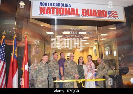 """Senior NC-Guard Führer, oben NC-Guard Recruiter, Charlotte Handelskammer Mitglieder und Mall Beamte die Öffnung der NCNG der westlichen Region Recruiting Center feierte, an der Northlake Mall hier, 24. März 2017. """"Wir freuen uns, diesen neuen Recruiting Office zu öffnen"""", sagte Master Sgt. Joseph Ruiz, mit B-Company, Charlotte Recruiting und Retention ablösen 1. """"Wir freuen uns, dass wir ein Teil der Charlotte und Northlake Mall Gemeinschaft zu werden"""","""