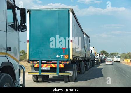 Lkw Warten auf die kazungula Fähre über den Sambesi, die Grenzen von Botswana und Sambia - Stockfoto