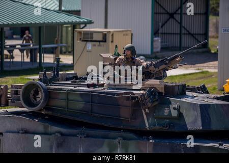 Major General John K. Liebe sitzt auf einem M1A1 Abrams Panzer in Camp Lejeune, N.C., April 5, 2017. Liebe Zeit für die Interaktion mit den Marines der Bravo Company, 2. Tank Bataillon beim Steuern eines Tanks und seiner verschiedenen Waffensystemen. Liebe ist der kommandierende General des 2nd Marine Division. - Stockfoto
