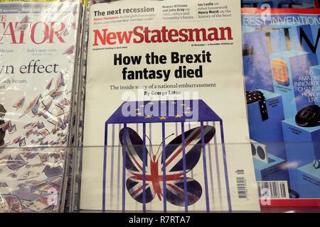"""New Statesman', wie die Brexit fantasy starb"""" vordere Abdeckung auf ein Magazin Regal an einer britischen Kiosk shop in London England - Stockfoto"""
