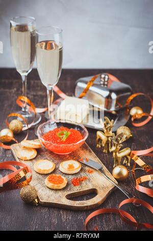 Törtchen mit rotem Kaviar, Champagner und Butter auf einem festlich gedeckten Tisch. Traditionelle russische Weihnachten oder Urlaub das Neue Jahr Tabelle - Stockfoto
