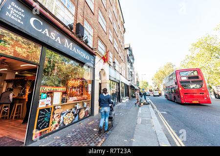 London, Großbritannien - 13 September, 2018: die Nachbarschaft Viertel von Chelsea, Straße, roten Doppeldeckerbus, Casa Manolo Restaurant, Menschen zu Fuß auf dem Bürgersteig - Stockfoto