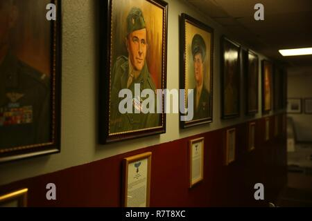 Der Fliegende Leatherneck Aviation Museum zeigt mehrere Porträts, darunter dieses Gemälde von Weltkrieg II Marine Corps Jagdflieger Oberst James E. Swett, eine Ehrenmedaille Empfänger. Der Fliegende Leatherneck ist der einzige Marine Corps Aviation Museum und wurde am 1. April 1999 gegründet.