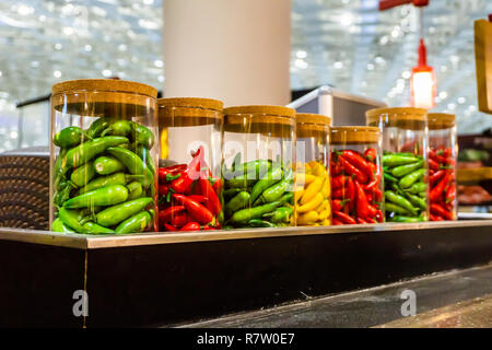 Bunt Rot Grün Chilischoten in einem Glas - Stockfoto