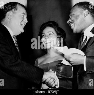 Dr. Martin Luther King, Jr. und seine Frau Coretta Scott King mit US-Vizepräsident Hubert Humphrey. - Stockfoto