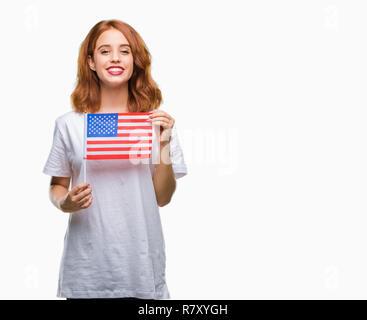 Junge schöne Frau mit Flagge von Amerika über isolierte Hintergrund mit einem glücklichen Gesicht stehen und lächelnd mit einem selbstbewussten lächeln zähne - Stockfoto