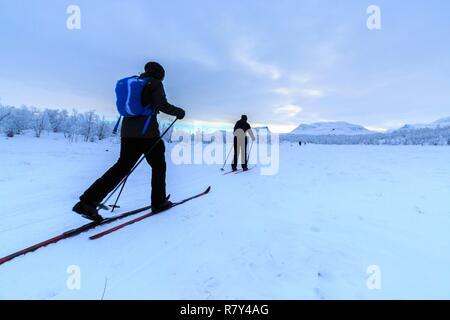 Schweden, Lappland, Region als Weltkulturerbe von der UNESCO, Norrbottens Län, Langläufer in Abisko Nationalpark aufgeführt mit Laporten im Hintergrund 3. - Stockfoto