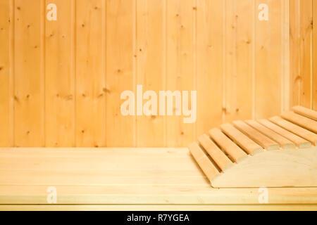 Innenraum der traditionellen klassischen Holz- finnische Sauna mit Kopfstütze. Ruhe und Entspannung im Spa im kalten Winter warm zu halten - Stockfoto