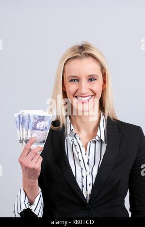 Schöne blonde Business woman holding Pfund Sterling cash - Stockfoto