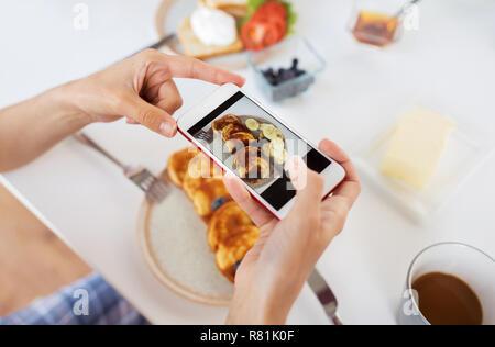 Hände mit Smartphones fotografieren Essen - Stockfoto
