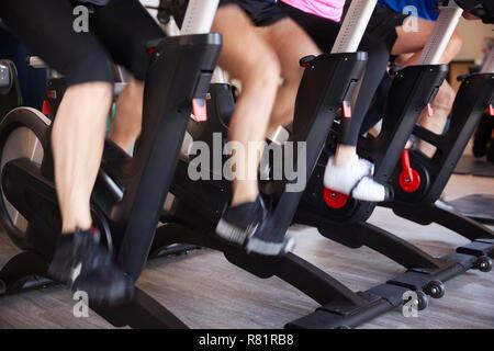In der Nähe der Füße auf dem Heimtrainer In Fitnessstudio Spinning Klasse - Stockfoto