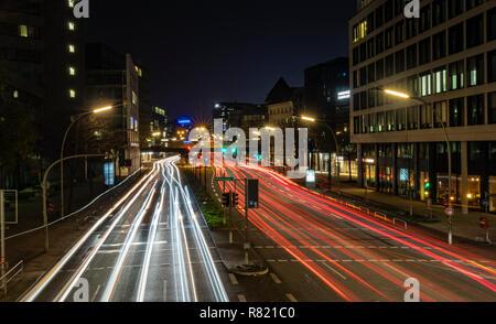 Hamburg, Deutschland - 15. November 2018: Fotos mit langer Belichtungszeit zeigt leichte Wanderwege auf der Autobahn in der Stadt Hamburg in Deutschland. - Stockfoto