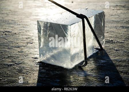 Arbeitnehmer mine große Würfel des natürlichen Fluss Eis, Haken Haken auf große Würfel des natürlichen Fluss Eis, Ernte river Ice - Stockfoto