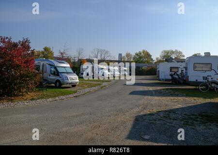 Caravan Parkplatz oder Stellplatz oder Campingplatz Camping mit Wohnwagen oder Anhänger in Wismar, Deutschland während der sonnigen Tag - Stockfoto