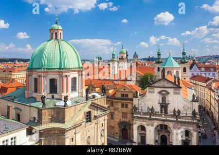 Die Prager Altstadt Staré Město St. Franziskus von Assisi Kirche Türme auf dem Dach und die Türme der Kirchen und alten barocken Gebäude in Prag in der Tschechischen Republik Europa - Stockfoto