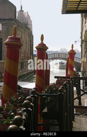 Rio della Zecca, San Marco, Venedig, Italien: direkt hinter dem Markusplatz, mit prominenten Festmacherpfählen - Stockfoto