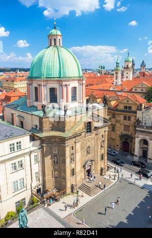 Die Prager Altstadt Staré Město St. Franziskus von Assisi Kirche Türme auf dem Dach und die Türme der Kirchen und alten barocken Gebäude in Prag in der Tschechischen Republik - Stockfoto