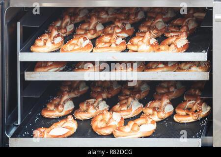 Süße Kekse Biskuit rollen Cookies auf Backblech heiß aus dem Ofen - Stockfoto