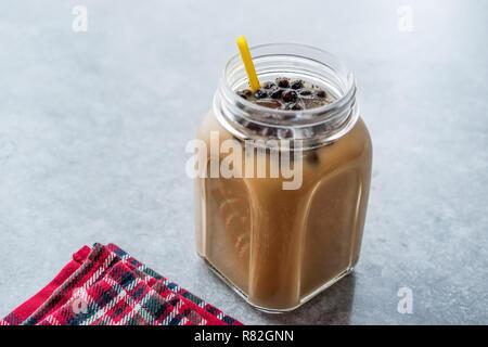 Hausgemachte Milch Bubble Tea mit Tapioka Perlen in Mason Jar. Traditionelle organische Trinken - Stockfoto