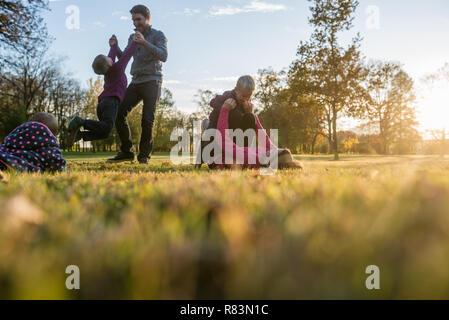 Die Werte der Familie und Glück - Familie von fünf Ausgaben zusammen spielen in einem Herbst Park. - Stockfoto
