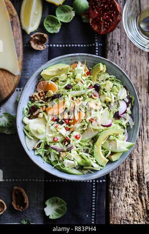 Rosenkohl, Avocado und grüner Apfel Salat mit Granatapfel Samen und Preiselbeeren - Stockfoto