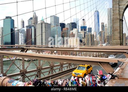 Liebe Sperren auf die Brooklyn Bridge, New York, mit der Manhattan Skyline im Hintergrund. - Stockfoto