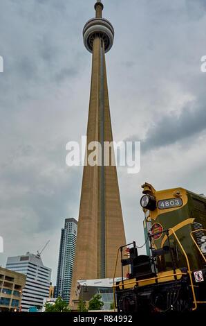 Toronto, Ontario, Kanada - Juni 2016: Der CN Tower an einem bewölkten Sommertag