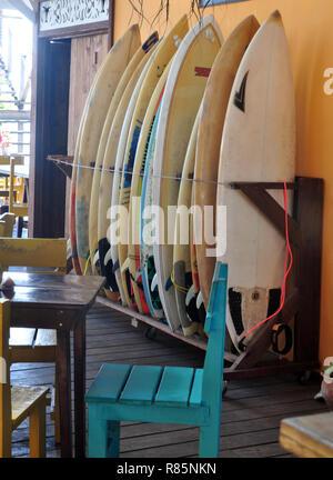 Ein Rack voll von Surfbrettern - Stockfoto